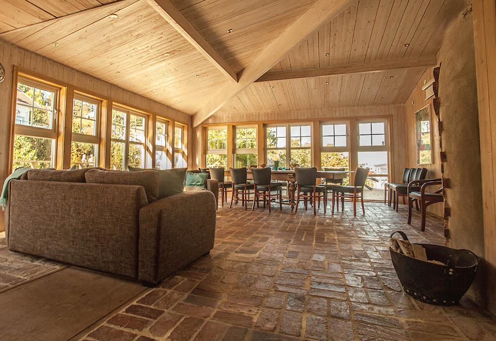 Konferenslokal i Hallins hus, soffa och tegelgolv