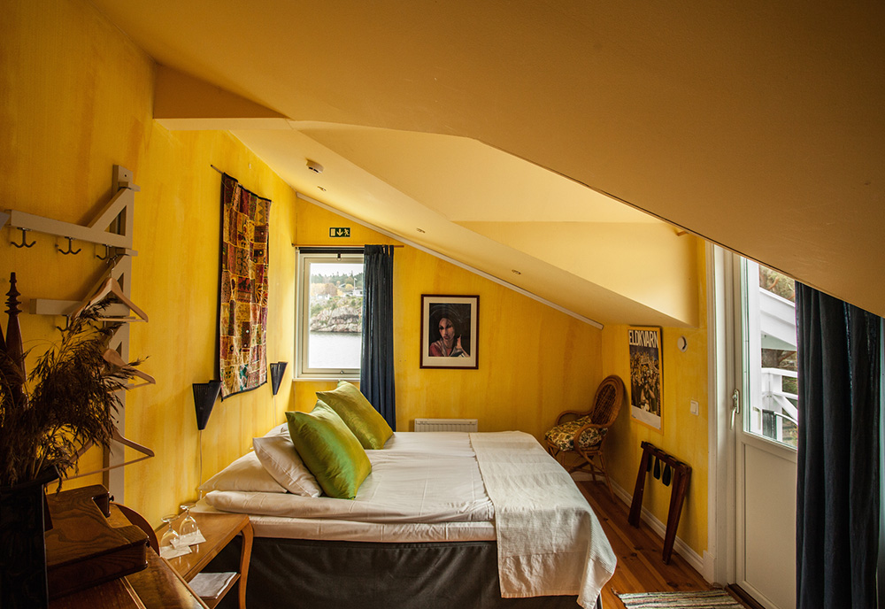 Hotellrum gula väggar