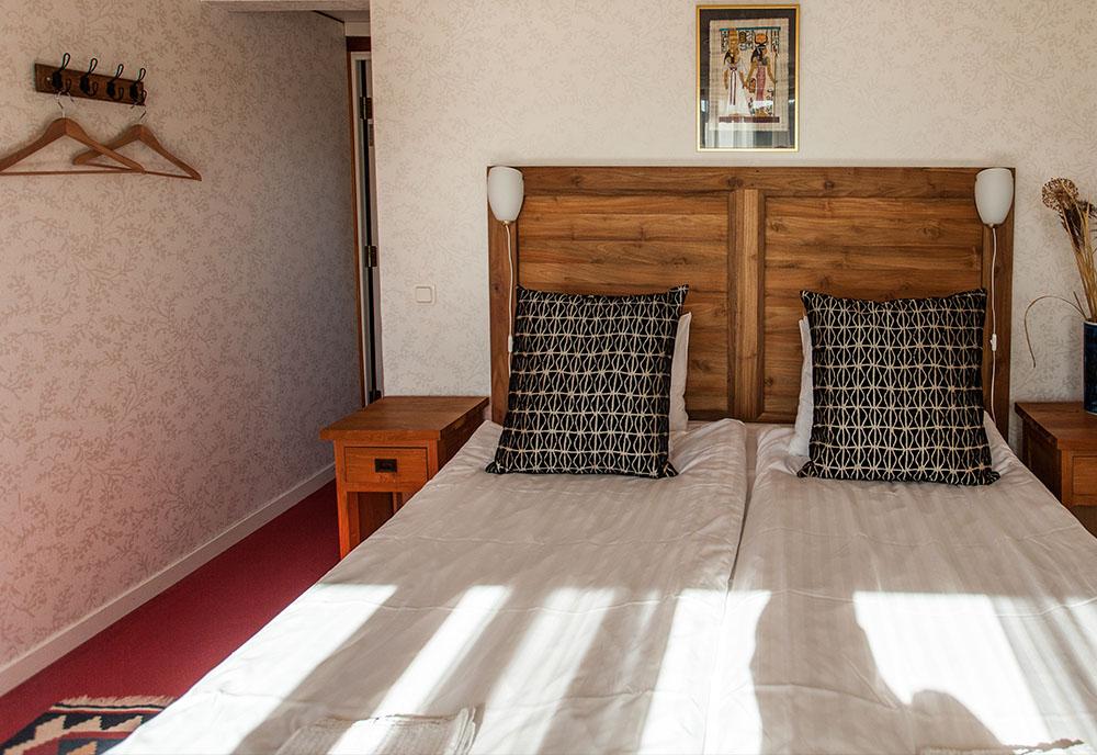Hotellrum säng i förgrunden