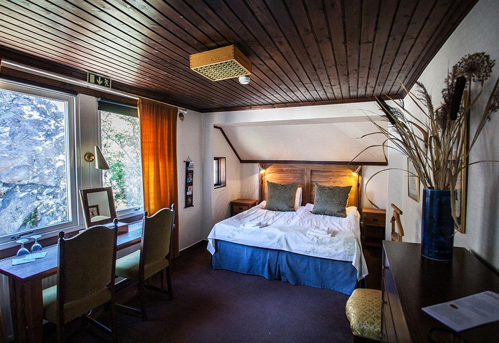 Hotellrum med mörkt tak