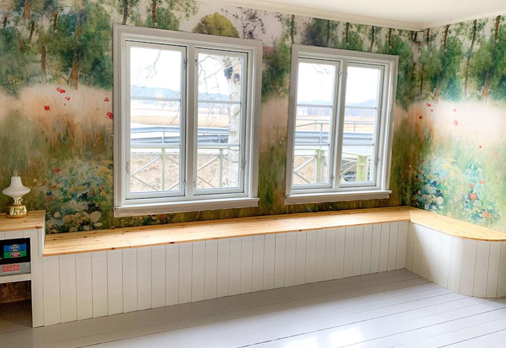 Rum med blomsteräng som tapet
