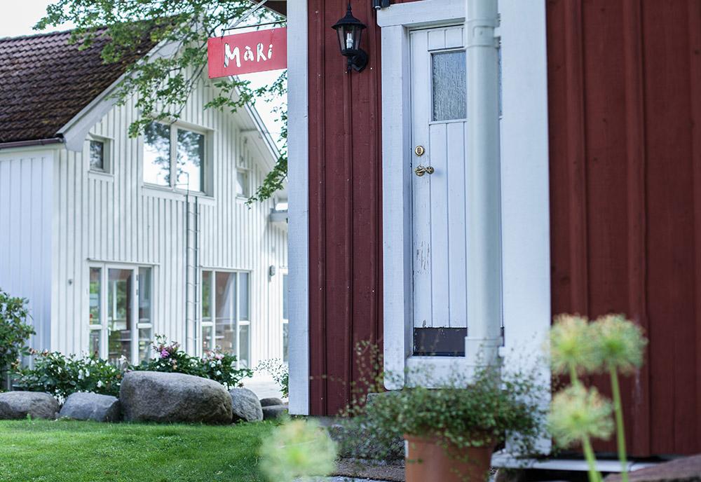 Röd stuga med vit dörr